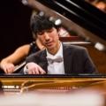 Eric Lu jako 17-latek wygrał Krajowy Konkurs Chopinowski w Miami będąc w historii tego konkursu najmłodszym laureatem I nagrody